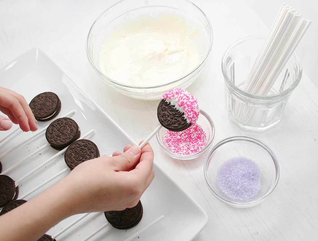 Watch Me Dip: Oreo Dipped Cookie Pops